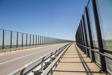Fernverkehrsstraße mit Lärmschutzwand aus Glas