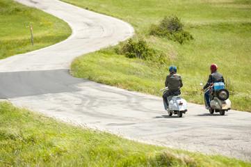 Amici in gita in scooter d'epoca