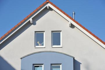 Moderner Haus-Giebel mit Ziegeldach