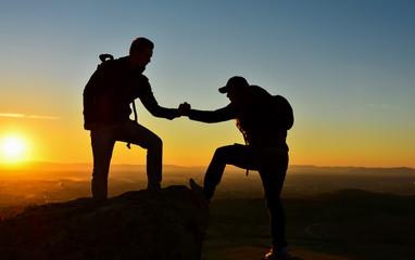 Zirvede Yardımlaşan İki Arkadaş Silüeti