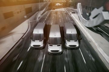 Lieferwagen fahren durch Stadt