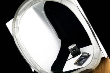 Ein Fotozelt steht aufgebaut zusammen mit zwei Softboxen auf einem Holztisch in einem Hobbyfotostudio