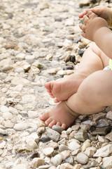 Babyfüsse und Hände am Meer