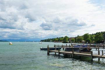 Starnberger See mit Steg und markanten Wolken
