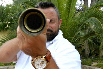 Hombre con telescopio