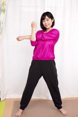 腕のストレッチをする女性