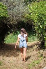 jeune femme dans un chemin