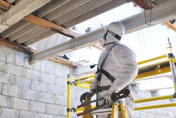 Desmontando tejado de fibrocemento con amianto en Estación Eléctrica