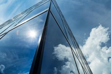 Hochhaus abstrakt mit Spiegelung