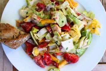 Salatteller mit Brot
