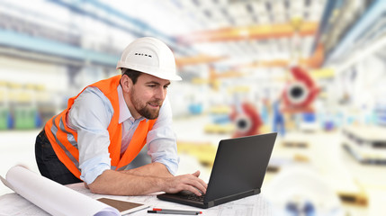 Fertigung im Maschinenbau - Ingenieur mit Notebook in einer Fabrik // manufacturing engineering