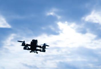 Racingdrohne fliegt in den Graublauen Himmel