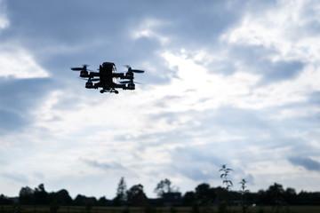 Quadrocopter im Landeanflug vor einer Schlechtwetterfront