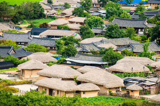Traditional houses in Korea and Andong Hahoe Village, famous for the birthplace of famous scholars of the Joseon Dynasty. (Hahoe village in South Korea is UNESCO world heritage site.)