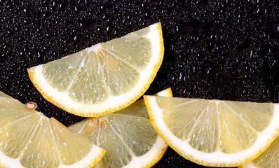 лимон дольки лежит на ярком фоне есть место для надписи