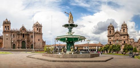 Panoramisch uitzicht op Plaza de Armas met Inca-fontein, kathedraal en Compania de Jesus Church - Cusco, Peru