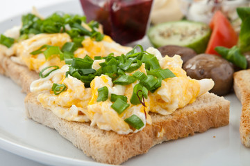 Śniadanie na białym talerzu