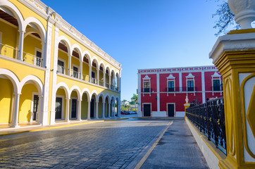 Fototapete - Street in plaza with colonial architecture