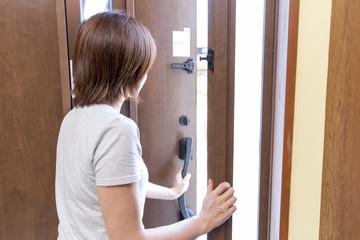 玄関で接客する女性