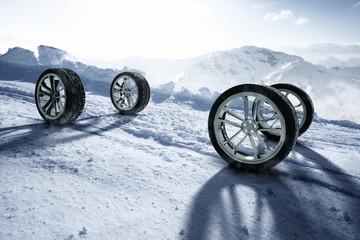 Winterreifen auf schneebedeckter Fahrbahn