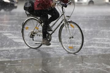 Radfahrerin im Regen