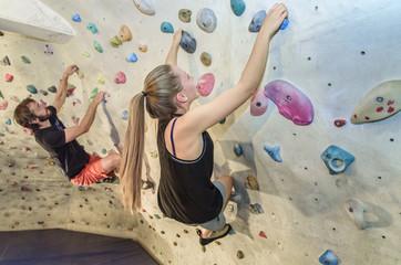 zwei sportliche Boulderer
