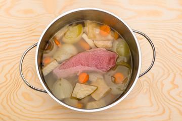 Rinderbrühe im Topf, gepökeltes Rindfleisch