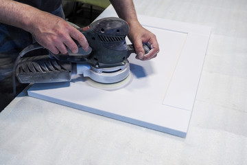 Work polishes parts furniture parts MDF, preparation before painting.