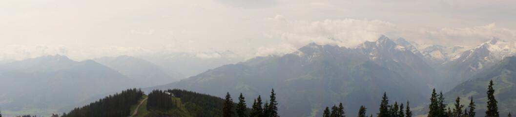 Alpenpanorama mit Schneegipfeln