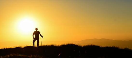 Zirveden Güneşe Uzanan Dağcı Silüeti