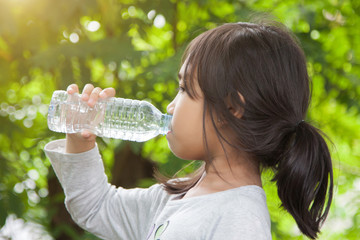 Children drink water in the morning.