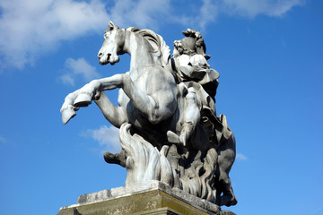 Reiterstandbild vor dem Louvre in Paris