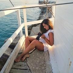 Modella che guarda le sue fotografie