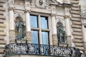 Figuren und Fenster am Hamburger Rathaus