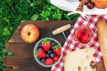 Photo sur Toile Pique-nique Picnic food and rose wine on wooden board with copyspace
