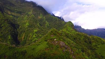 vue aérienne montagne en polynésie