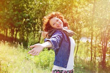 jolie femme rousse souriante dans nature