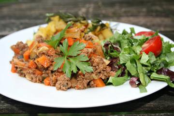 organisch, lifestyle, hackfleisch, gemüse, pfanne, zucchini, lauch, möhren, rosmarin, thymian, kartoffeln, salat, anlasser