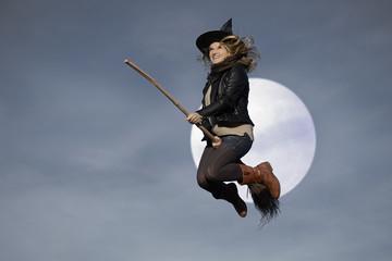 Frau Hexe fliegt mit Besen Vollmond