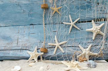 Auszeit, Urlaub, Ferien, Gute Reise: Maritimer Holzhintergrund mit Muscheln und Sand :)