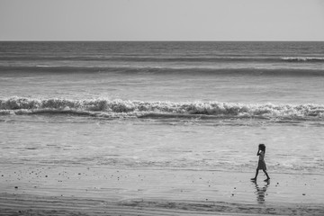 Black and white photos, girls walking by the sea.