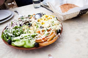 Salat Platte mit Gemüse, Pasta und orientalischen Dressing