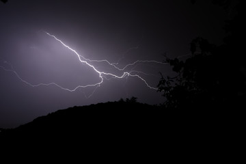 Blitzeinschlag bei Nacht