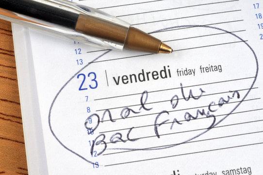 Oral du bac français noté sur un agenda