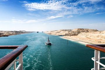 Der Suezkanal - eine Schiffskolonne mit Kreuzfahrtschiff durchfährt den neuen, östlichen Erweiterungskanal