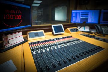 Micrófono estudio de difusión de emisora de radio moderno