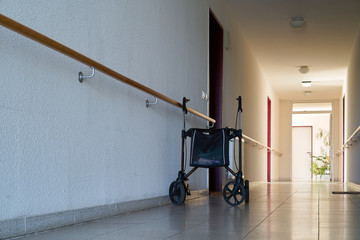 Flur mit einem Rollator in einem Seniorenheim