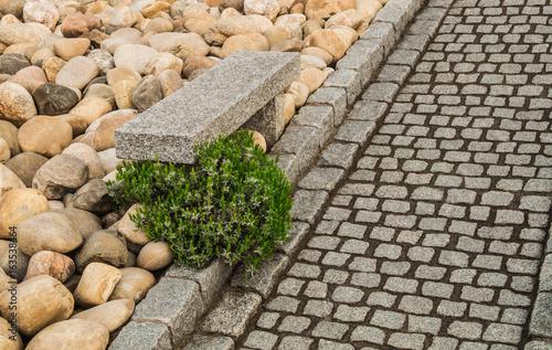 Moderner Steingarten mit Gartenweg aus Natursteinpflaster und ...