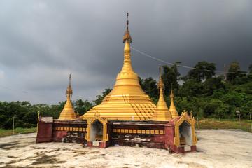Pagode in einem Dorf im Mergui Archipel in Myanmar