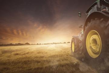 Traktor auf einem Feld bei der Ernte